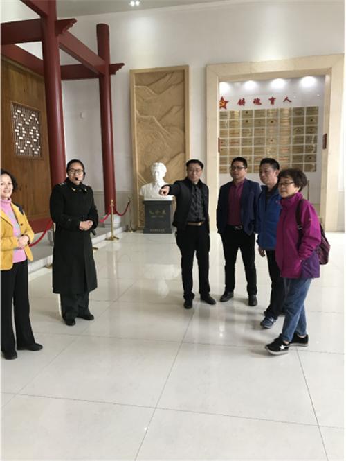 在中心主任曾廣榮的陪同下,尹瑞華教授和陳守剛會長一行參觀了古田會議紀念館