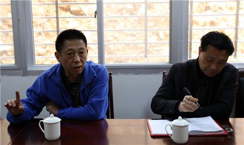 座談會上,尹瑞華教授和陳守剛會長與中心全體員工進行了親切交流
