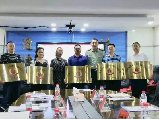 紅花崗區武裝部政委崔越為促進會副會長單位頒發牌匾