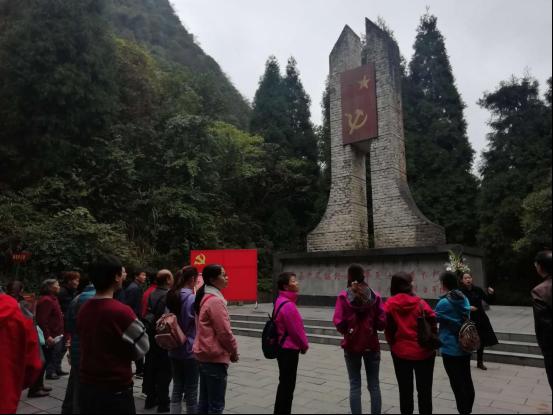 在婁山關瞻仰烈士碑