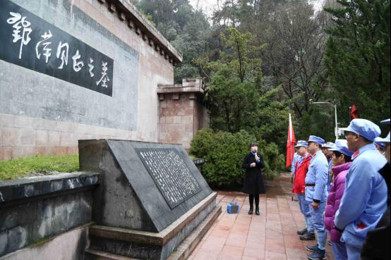 瞻仰鄧萍烈士墓