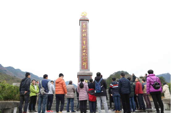 瞻仰青杠坡戰鬥遺址紀念碑