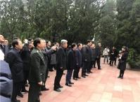 """第二届""""红军长征论坛""""在遵义举办,代表团瞻仰红军烈士陵园"""